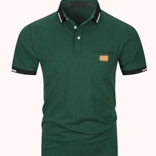 camiseta verde para pantalones oscuro y zapatos